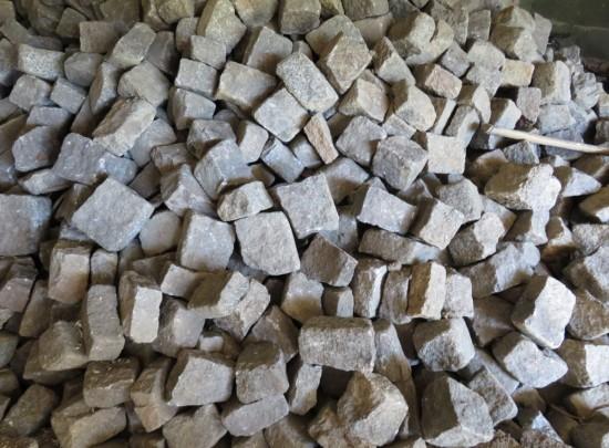 Hier der Haufen auf dem ihr euch die Granit Pflastersteine aussuchen könnt die ihr kaufen möchtet